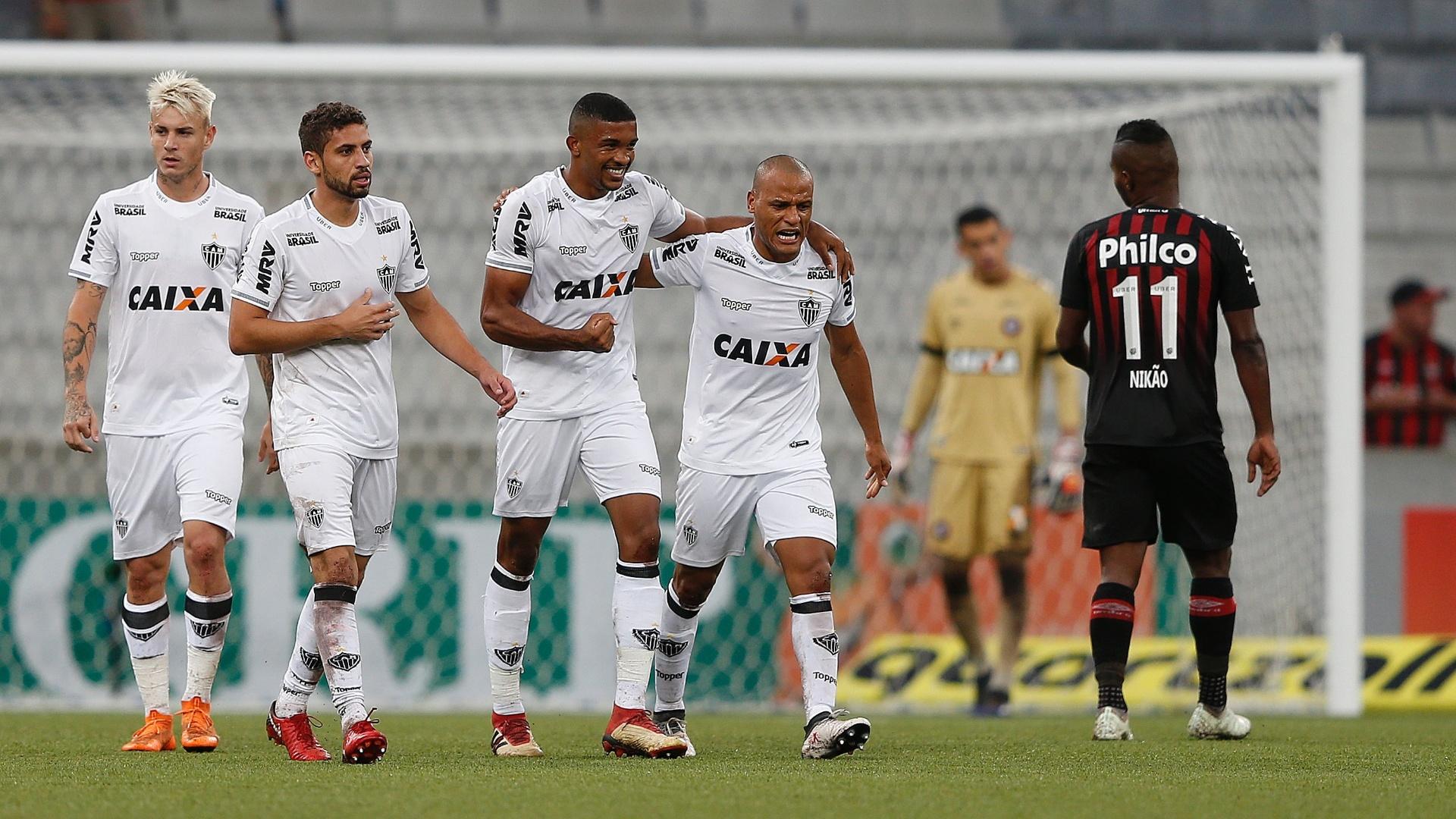 Jogadores do Atlético-MG comemoram gol de Bremer contra o Atlético-PR