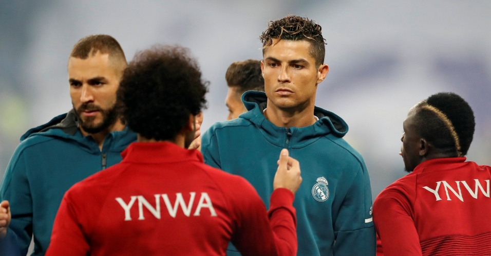 Cristiano Ronaldo cumprimenta Salah antes da partida começar
