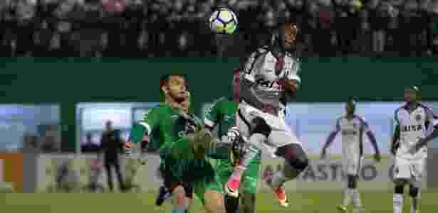Rafael Thyere e Hyuri disputam bola - Liamara Polli/AGIF - Liamara Polli/AGIF