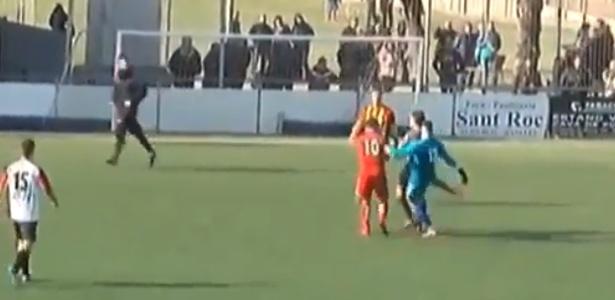 Goleiro agride árbitro com um chute nas nádegas - Reprodução