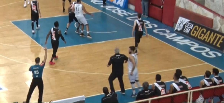 Alberto Bial acerta Fabián Sahdi na partida São José x Vasco pelo NBB - Reprodução