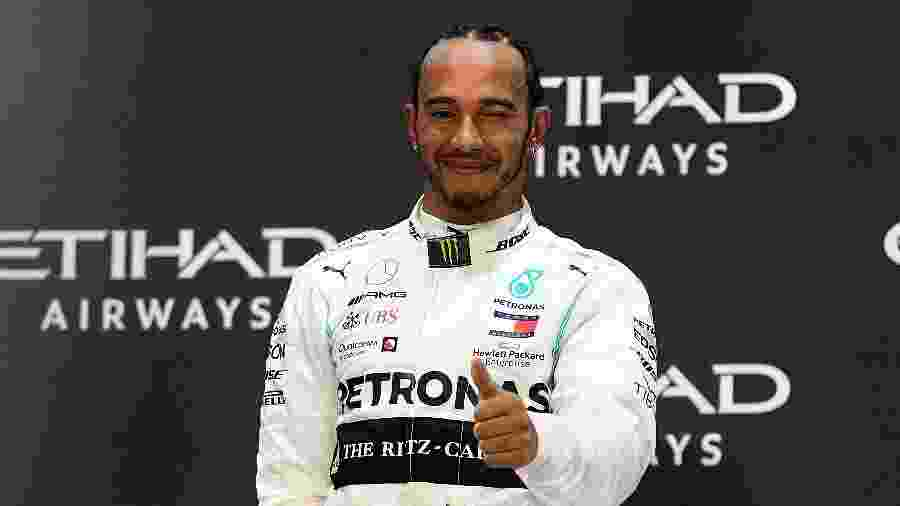 Lewis Hamilton no pódio do Grande Prêmio de Abu Dhabi - Clive Mason/Getty Images