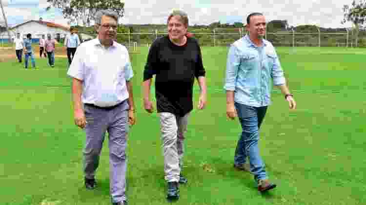 Klein conhece terreno em Araraquara ao lado do prefeito Edinho Silva (PT), à sua direita - Divulgação/Prefeitura de Araraquara