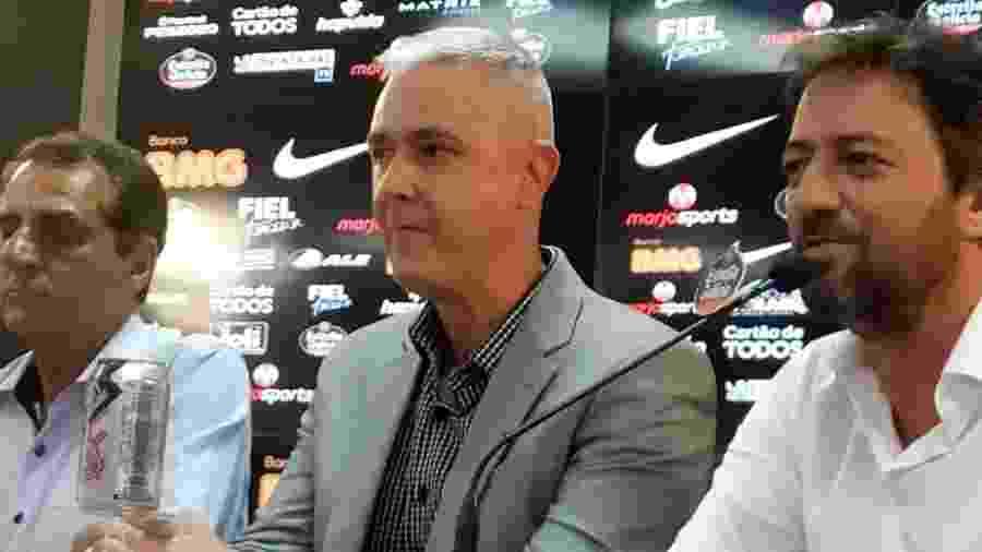Tiago Nunes em coletiva no Corinthians ao lado dos dirigentes Jorge Kalil e Duílio Monteiro Alves - Samir Carvalho/UOL