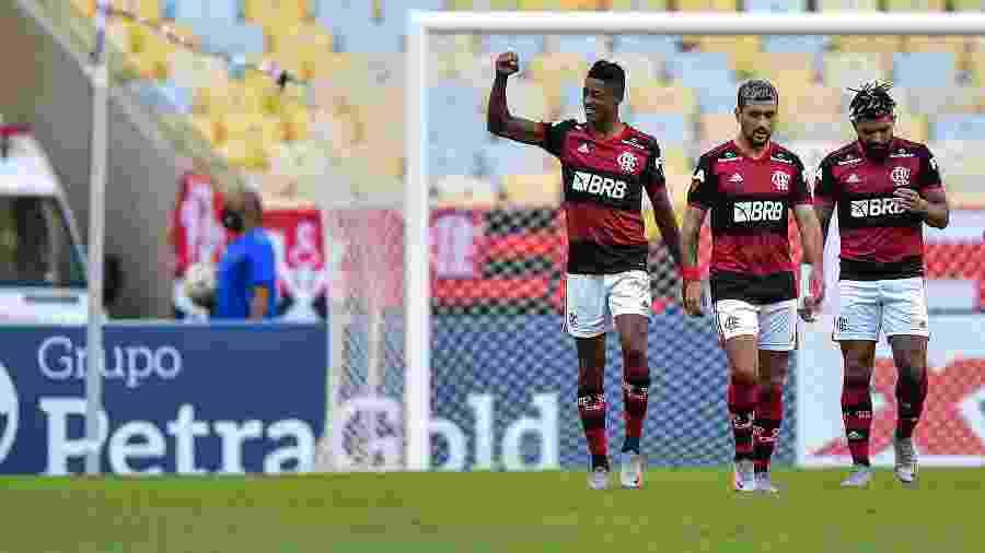 Bruno Henrique comemora um de seus gols na vitória do Flamengo sobre o Volta Redonda - Thiago Ribeiro/AGIF