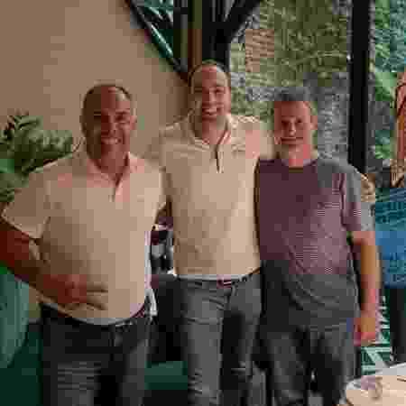 Pedro Lopes posa ao lado de Marcos Braz e Bruno Spindel, dirigentes do Flamengo - Reprodução Instagram Pedro Melo Lopes - Reprodução Instagram Pedro Melo Lopes