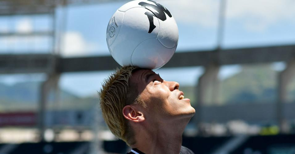 Jogador do Botafogo, Keisuke Honda domina a bola