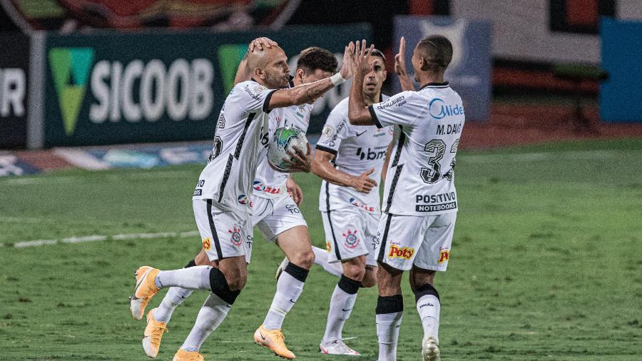 Jogadores do Corinthians comemoram gol diante do Atlético-GO - Heber Gomes/AGIF