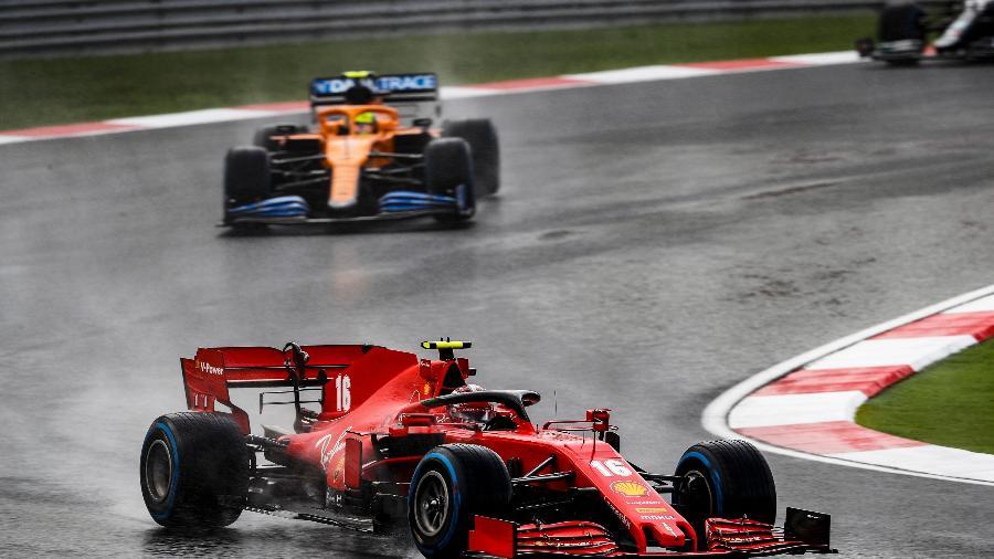 Leclerc à frente de Norris durante o GP da Turquia: resultado colocou a Ferrari na briga - F1 Pool