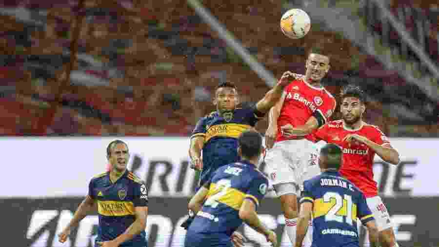 Lance do duelo entre Inter e Boca Juniors, no Beira-Rio, pela Libertadores - Fernando Alves/AGIF