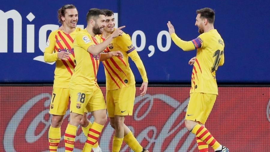 Jordi Alba celebra com Messi seu gol pelo Barcelona contra o Osasuna - David S. Bustamante/Soccrates/Getty Images