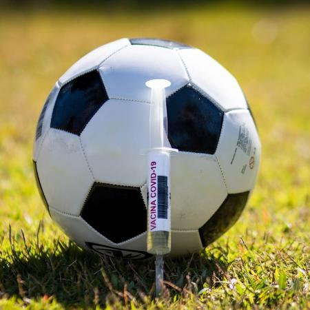 COVID-19 e Futebol: Bola ao lado da vacina do coronavirus  - Fernando Moreno/AGIF
