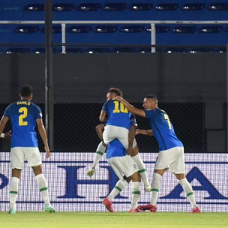 Neymar comemora gol contra o Paraguai - Christian Alvarenga/Getty Images