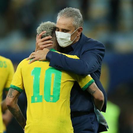 Tite consola Neymar após derrota da seleção brasileira para a Argentina na final da Copa América - Alexandre Schneider/Getty Images