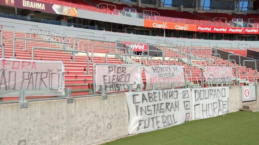 Organizada do Inter expõe faixa contra jogadores e direção no Beira-Rio - Reprodução