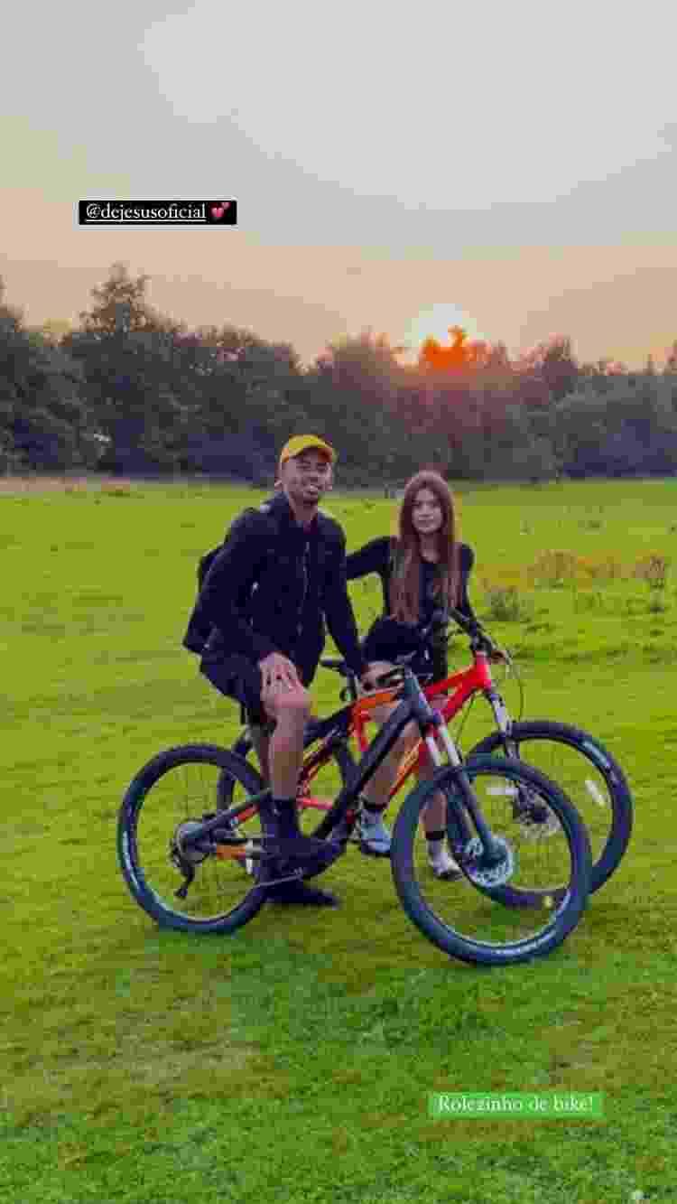 Gabriel Jesus e namorada Raiane Lima em passeio de bicicleta - Reprodução - Reprodução