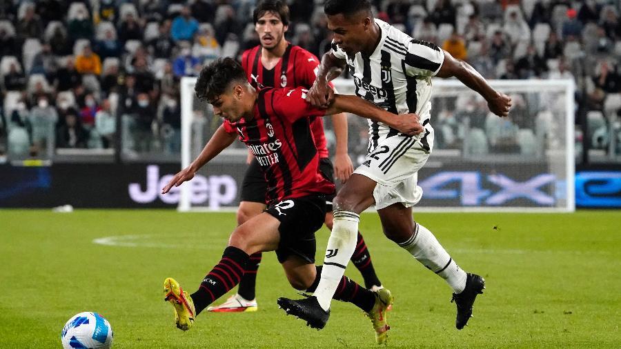 Alex Sandro e Brahim Diaz disputam bola durante partida entre Juventus e Milan - Pier Marco Tacca/Getty Images