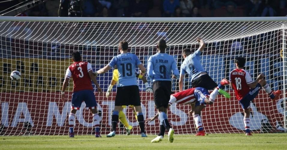 Giménez (dir.) cabeceia para fazer 1 a 0 para o Uruguai contra o Paraguai