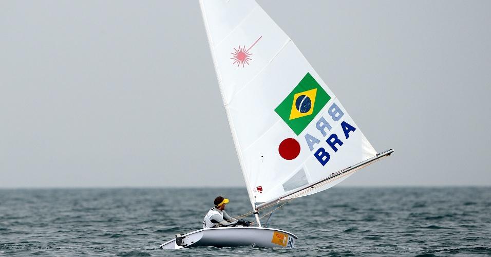 Robert Scheidt durante a regata da categoria laser da vela. Brasileiro ficou em terceiro na primeira regata do dia e venceu a segunda