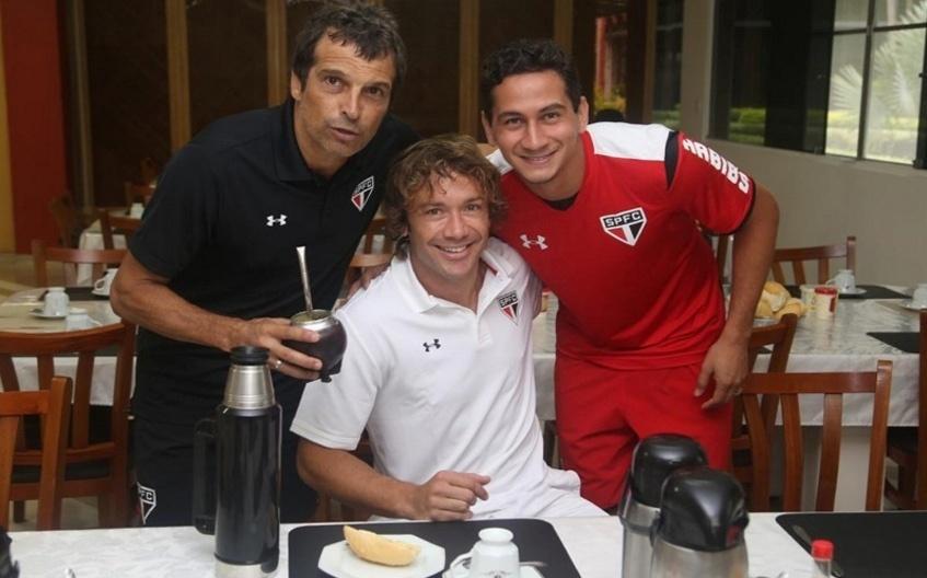 Milton Cruz e Paulo Henrique Ganso posam ao lado de Diego Lugano no CT do São Paulo