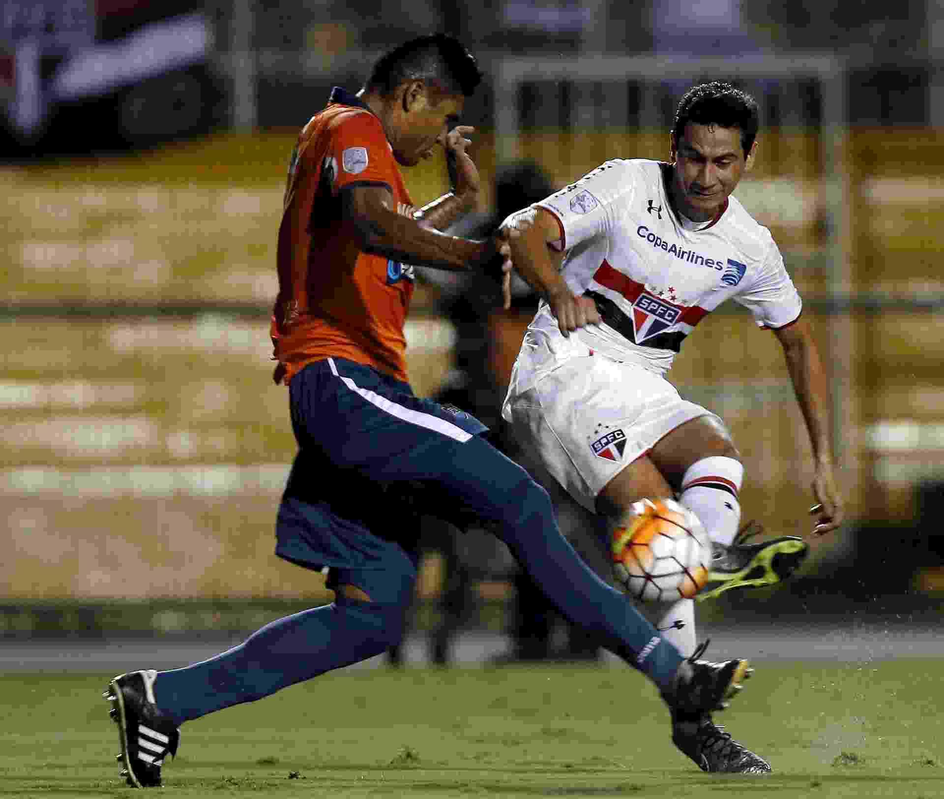 Paulo Henrique Ganso tenta o chute durante a partida entre São Paulo e Cesar Vallejo - PAULO WHITAKER/REUTERS