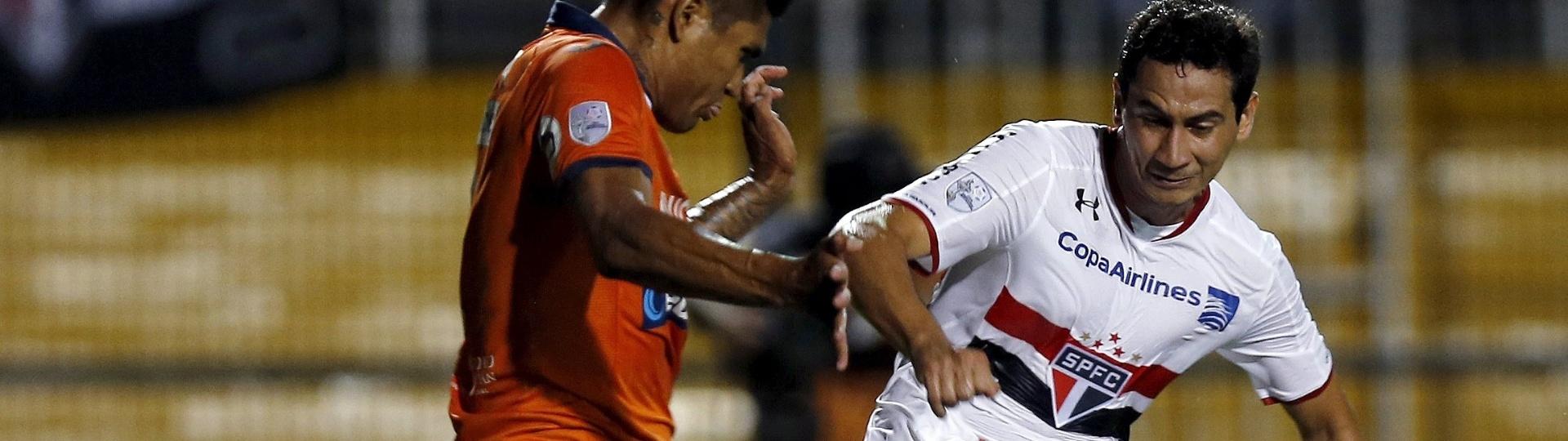 Paulo Henrique Ganso tenta o chute durante a partida entre São Paulo e Cesar Vallejo