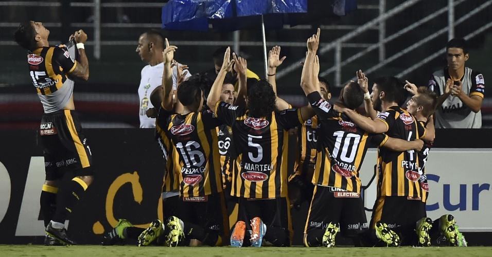 Jogadores do The Strongest comemoram gol contra o São Paulo na Libertadores