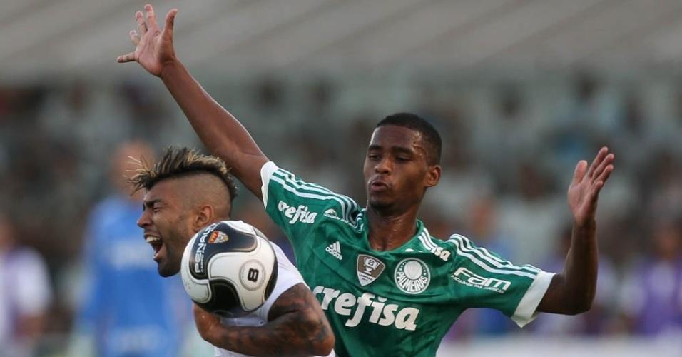 Matheus Sales disputa a bola com Gabriel no clássico Santos e Palmeiras, na Vila Belmiro