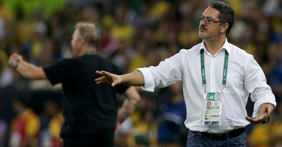 Técnico Rogério Micale instrui jogadores. Partida vai para a prorrogação