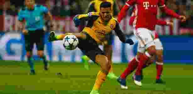 Alexis Sánchez chuta para marcar para o Arsenal contra o Real Madrid - Reuters / Michaela Rehle - Reuters / Michaela Rehle