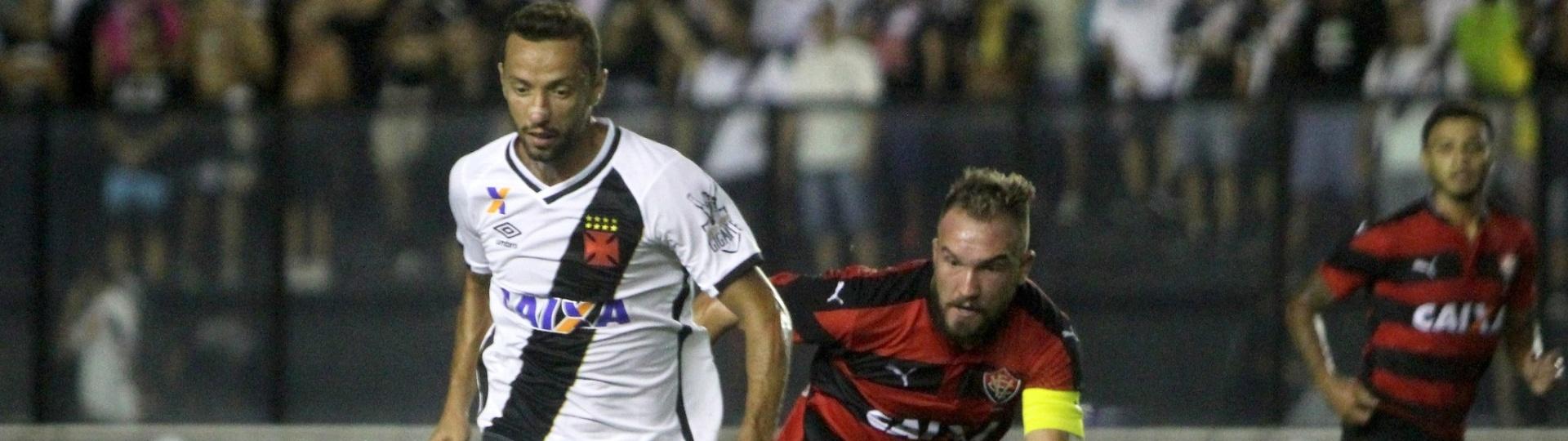 Nenê conduz a bola no duelo Vasco x Vitória
