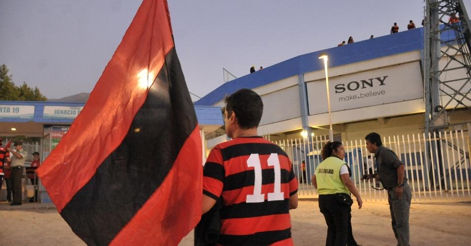 Torcedor do Flamengo chega ao estádio da Universidad Católica