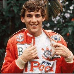 Senna com a camisa corintiana por baixo do macacão; Corinthians relembrou a imagem
