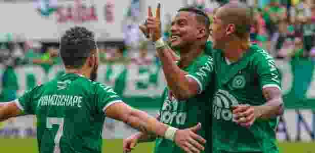 Reinaldo comemora um dos gols do título da Chapecoense do segundo turno do Catarinense - RENATO PADILHA/MAFALDA PRESS/ESTADÃO CONTEÚDO - RENATO PADILHA/MAFALDA PRESS/ESTADÃO CONTEÚDO