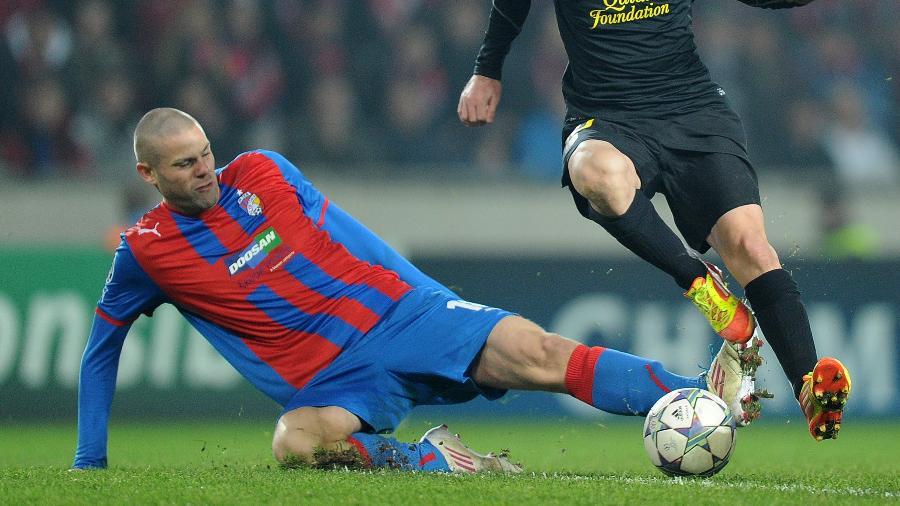 David Bystron em 2011 quando defendia o Viktoria, em ação contra o Barça, na Liga   - AFP PHOTO / JOE KLAMAR