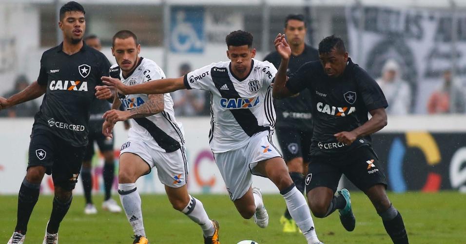 Marcos Vinicius, do Botafogo, disputa bola com Naldo, da Ponte Preta