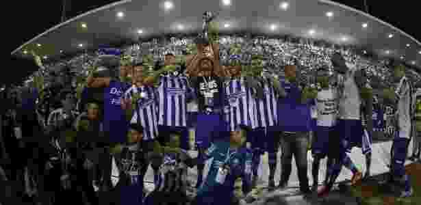 CSA ergue a taça após a conquista do título da Série C - Lucas Figueiredo/CBF/Divulgação