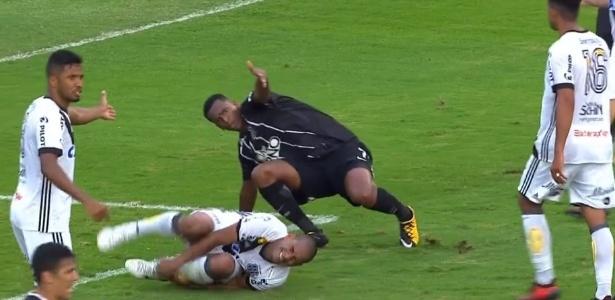 Rodrigo cai no gramado após ser atingido por Jô em jogo da Ponte contra o Corinthians