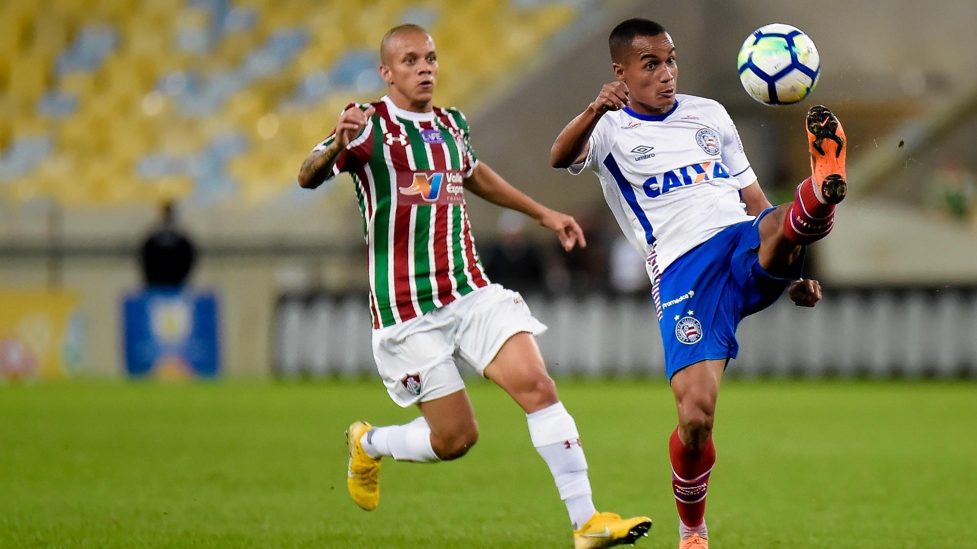 Jogadores de Fluminense e Bahia disputam a bola