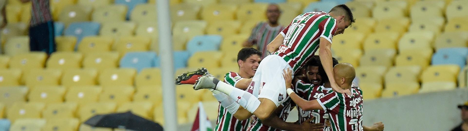 Jogadores do Fluminense comemoram gol contra o Paraná Clube