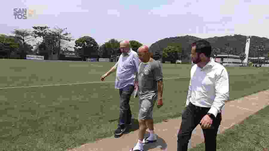 Jorge Sampaoli passeia pelo CT Rei Pelé ao lado do presidente do Santos, José Carlos Peres - Reprodução