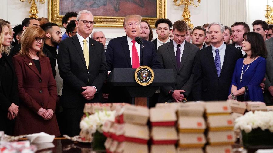 """Trump ofereceu hambúrgueres do McDonald""""s a time colegial campeão - MANDEL NGAN / AFP"""