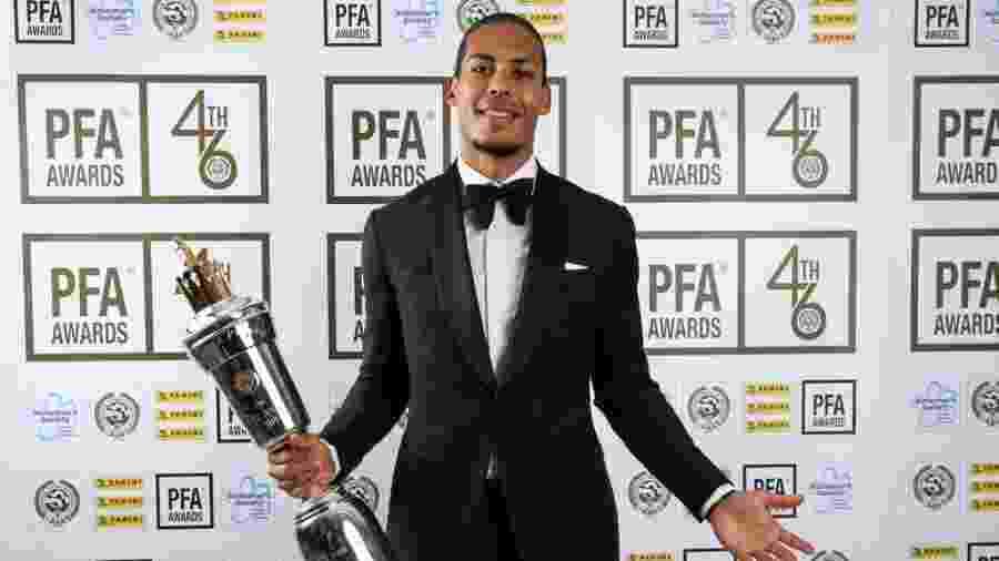 Van Dijk com o prêmio de melhor jogador do Campeonato Inglês - Reprodução/Twitter/PFA