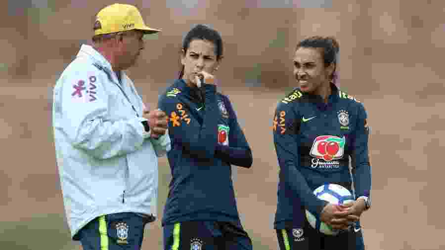 Vadão conversa com Thaisa e Marta em treino da seleção feminina - Lucas Figueiredo/CBF
