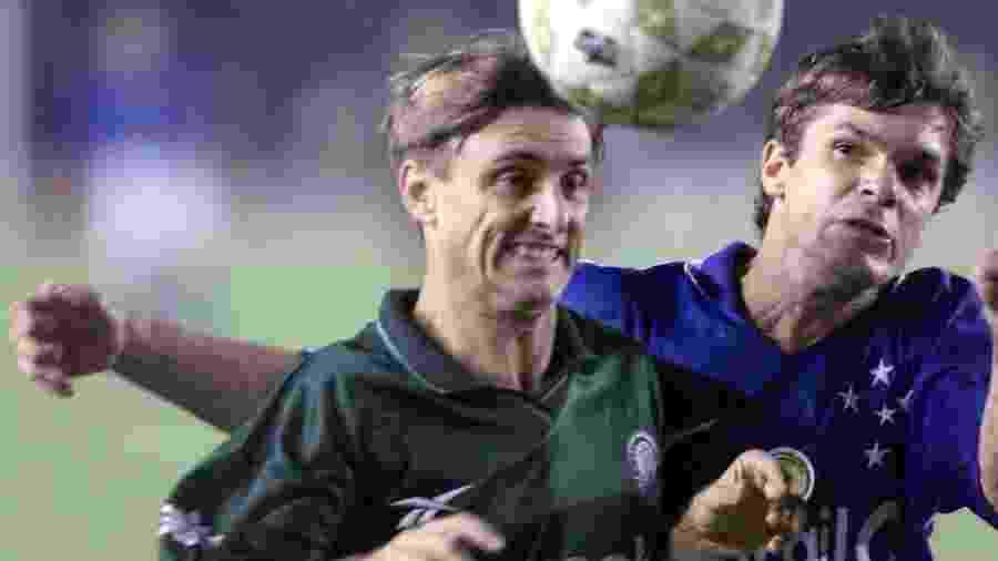 Darci, ex-Palmeiras, disputa bola com o ex-cruzeirense Valdir na Copa do Brasil de 1998 - Folha Imagem