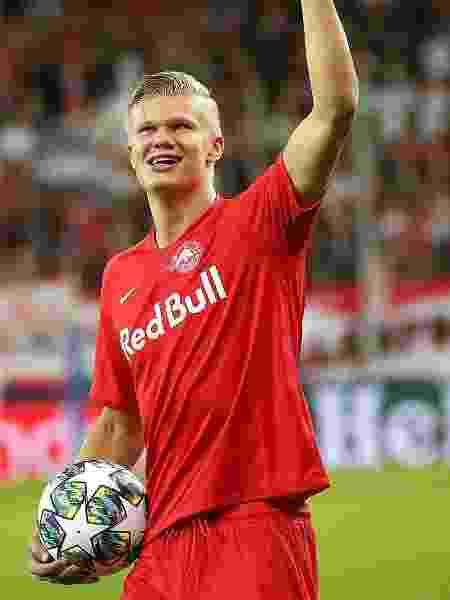 Haaland levou a bola após anotar três gols em sua estreia na Champions - Krugfoto/AFP