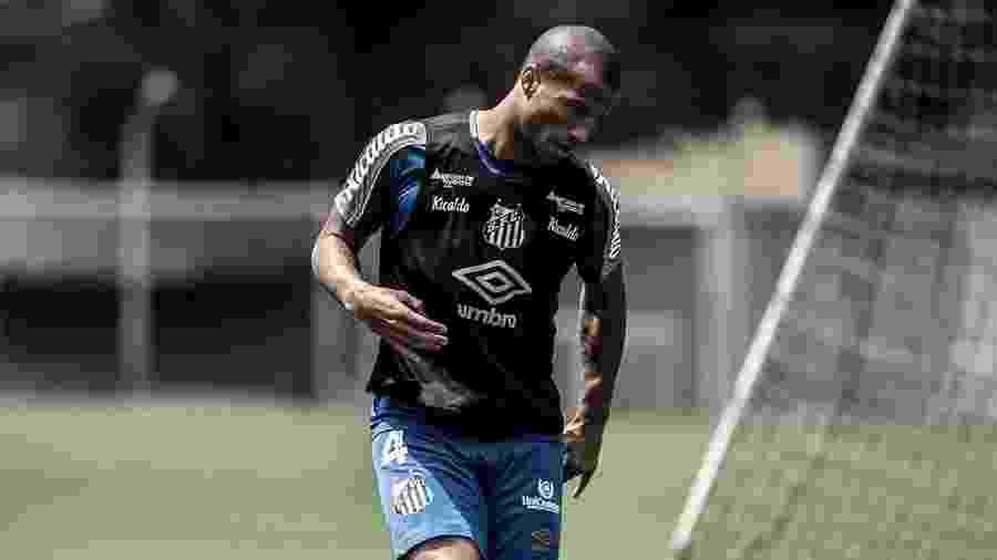 Carlos Sanchez treina com bola no Santos - Ivan Storti/Santos FC