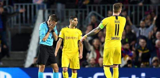 Mais Champions   Juiz leva bolada na cara e fica desnorteado em Barça x Dortmund