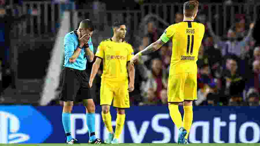 Árbitro Clement Turpin levou bolada na cara durante Barcelona x Borussia Dortmund - David Ramos/Getty Images)
