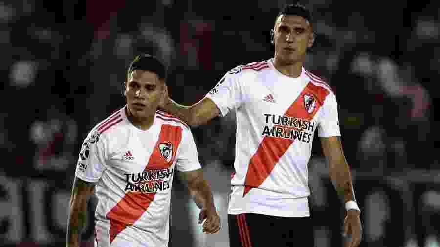 Juanfer Quintero, à esquerda, é consolado por Matías Suárez durante jogo do River Plate em 2019 - ALEJANDRO PAGNI / AFP